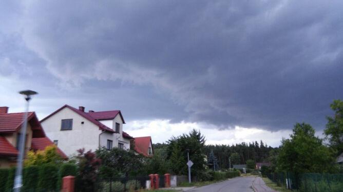 Gęste chmury wędrują przez kraj. Sprawdź, gdzie pada i grzmi