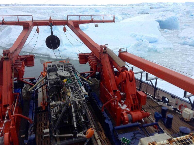 Lodołamacz w pobliżu lodowca Pine Island (Karsten Gohl, Alfred Wegener Institute)