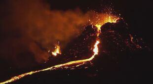 Wulkan Fagradalsfjall w nocy